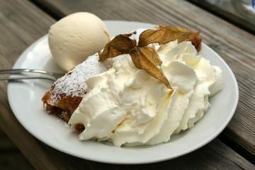 Apfelstrudel mit Eis und Sahne