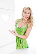 Attraktive sexy bayerische junge Frau macht Werbung