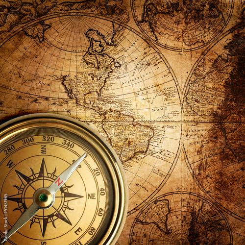 stary-kompas-na-vintage-mapie-1746