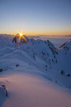 Zachód słońca w górach w zimie