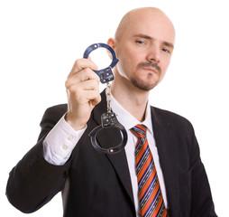 Man zeigt Handschellen