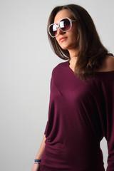 ragazza con occhiali da sole