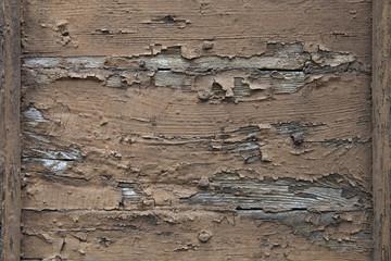 Holztür mit abblätternder Farbe