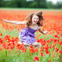 lachendes kind läuft über blumenwiese