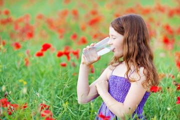 mädchen trinkt mineralwasser