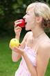 blonde frau isst äpfel