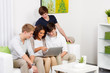 teenager schauen gemeinsam im internet