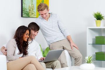 teenager schauen auf ein laptop
