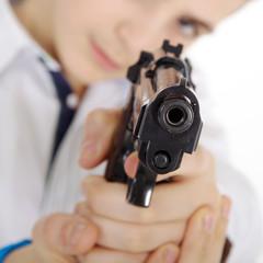 Junger Mann mit Pistole zielt