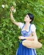 Frau beim Sammeln von Holunderblüten