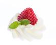 Erdbeere, Sahne und Minze vor weißem Hintergrund