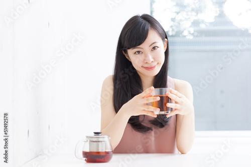 紅茶を飲む女の子