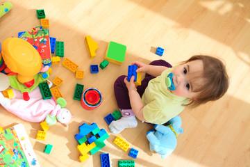 Kind mit Plastispielzeug