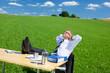 mann träumt vom büro im grünen