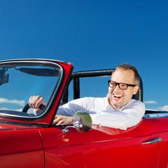 lachender mann unterwegs im cabrio