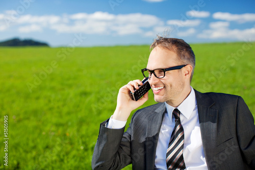 geschäftsmann telefoniert draußen