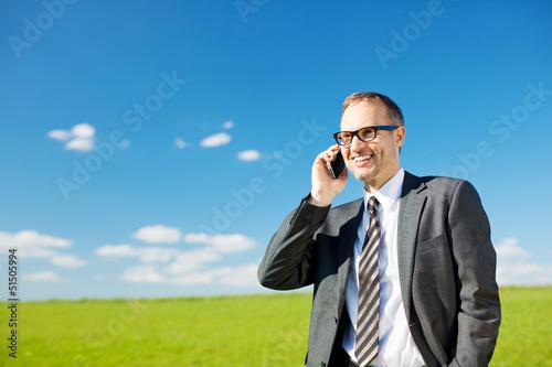 mann telefoniert draußen