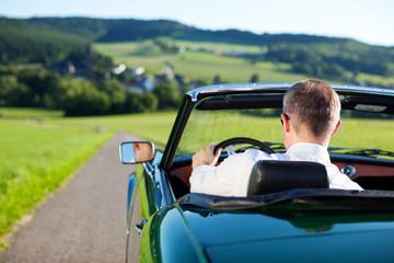mann fährt cabrio