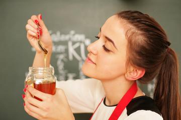 junges Mädchen mit Honig