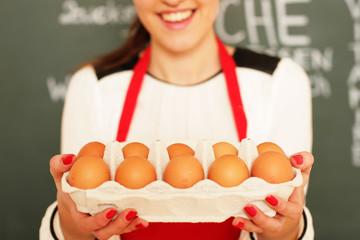 junges Mädchen mit Eiern