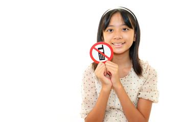 携帯禁止マークを持つ女の子