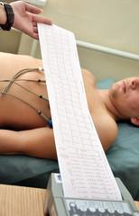 Снятие электрокардиограммы у молодого мужчины