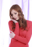 Junge Frau schaut traurig nach unten -  sad young woman