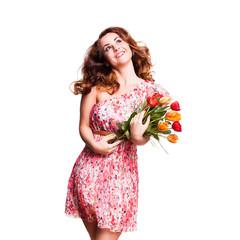 junge Frau im Sommerkleid mit einem Strauß Tulpen