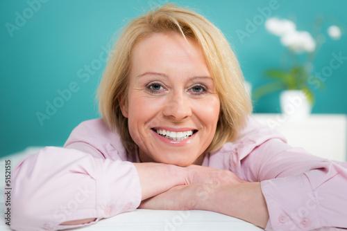 zufriedene blonde frau