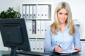 freundliche sekretärin organisiert termine