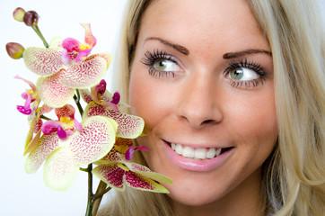 lächelnde frau mit orchidee