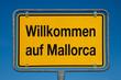 Ortsschild mit blauem Himmel WILLKOMMEN AUF MALLORCA