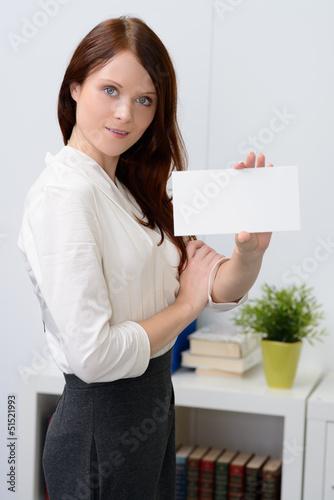 hübsche geschäftsfrau mit hinweisschild