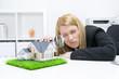 Frau nimmt modernes Haus im Büro unter die Lupe