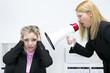 Frau schreit andere Frau im Büro über Megaphone an