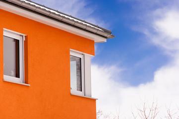 Gebäudefassade mit Eckfenster
