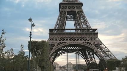 Съемка Эйфелевой башни снизу вверх