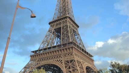 Шоссе недалеко от Эйфелевой башни в Париже