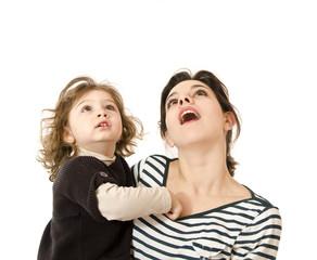 Madre e hija mirando arriba, tal vez a una idea o producto.