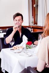 Paar mann und frau beim Abendessen im restaurant
