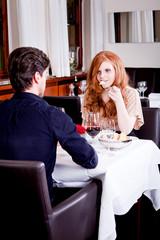 glückliches junges paar beim dinner im restaurant