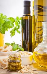 Frisches Pesto Genovese mit Olivenöl, Parmesan und pinienkernen
