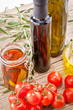 Leckere frische Oliven und Tomaten mit Olivenöl