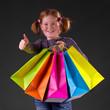 Rothaariges Mädchen mit Einkaufstaschen