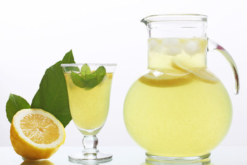 limonata succo di limone in caraffa con bicchiere