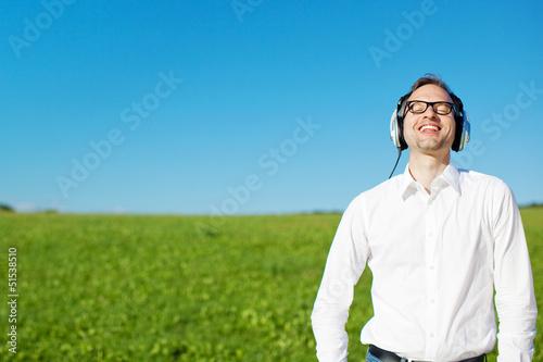 entspannter mann hört musik