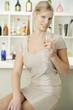 Junge attraktive Frau genießt ihren Sekt an der Bar