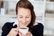 frau genießt ihren kaffee