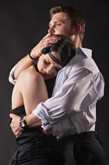 мущина обнимает женщину