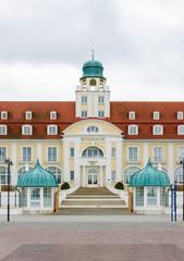 Eingangsportal des Kurhaus Binz mit Freitreppe